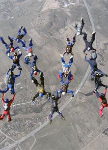 """Российские парашютисты воспроизвели символ """"Мстителей 4"""" в небе"""