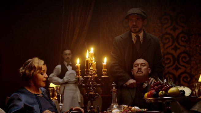 Виктор Сухоруков встаёт на защиту криминального мира Петербурга в трейлере сериала «Цыплёнок жареный»